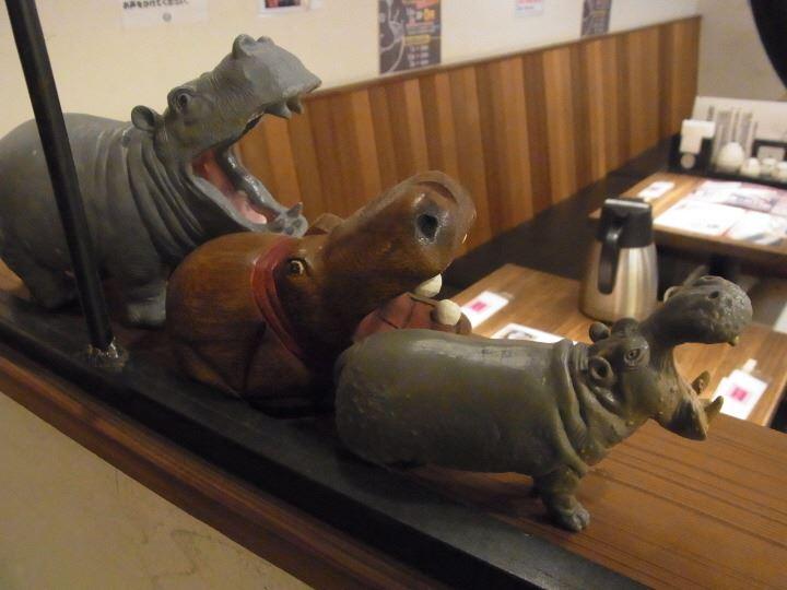 かばのおうどん店内にあるカバの置物写真