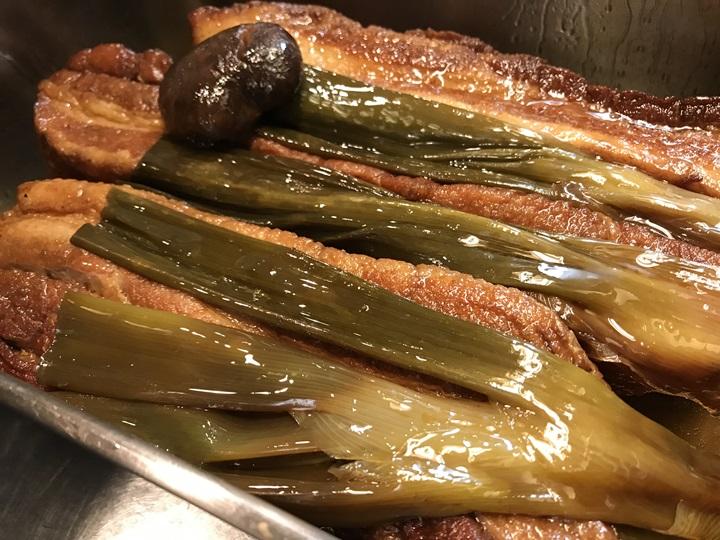 肉汁おうどんの角煮を仕込み中